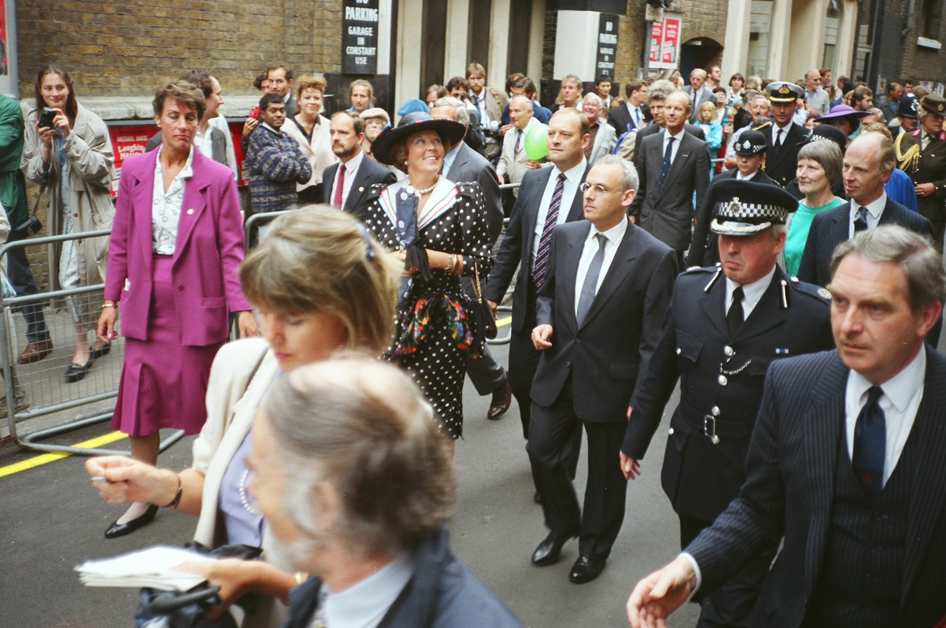 Royal Walkabout Shorts Gardens. Queen Beatrix, escorted by David Bieda, en route to the reception.